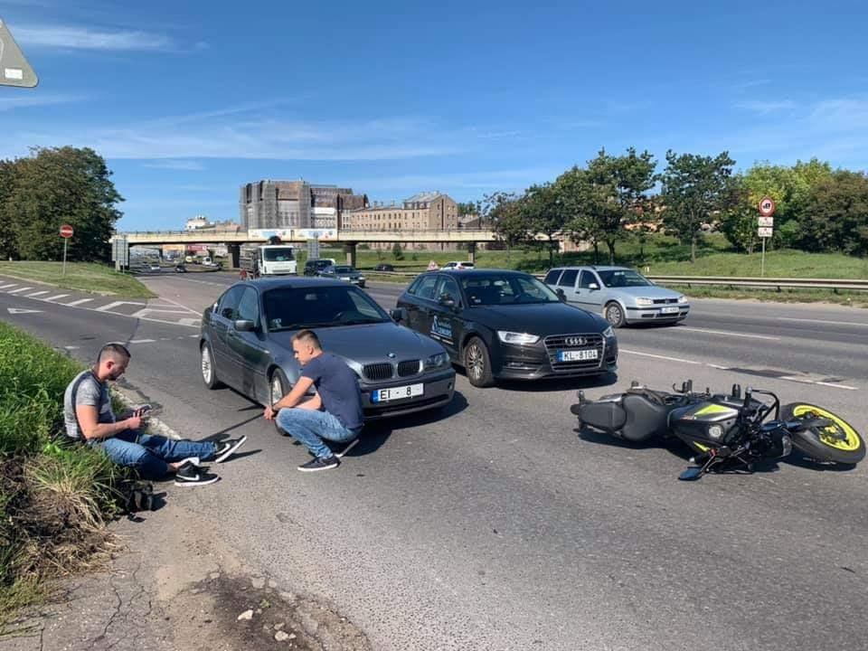Vieglā auto un motocikla sadursme Krasta ielā