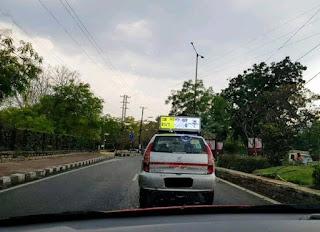 হায়দ্রাবাদে  ট্যাক্সির উপরে IPL এর লাইভ স্কোর  দেখাচ্ছে