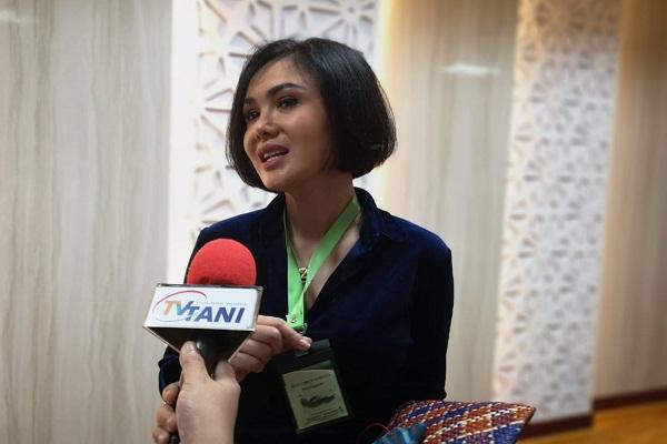 Yuni Shara Merasa Aman Gunakan Kalung Anti Corona Karya Kementan