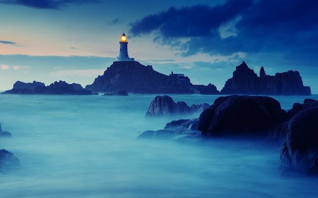 Foto van een vuurtoren op een eiland
