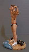 statuina personalizzata uomo sulla spiaggia in costume con pesi orme magiche