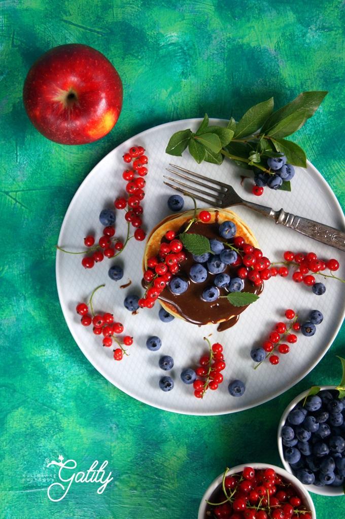 placki-z-kolorowymi-owocami