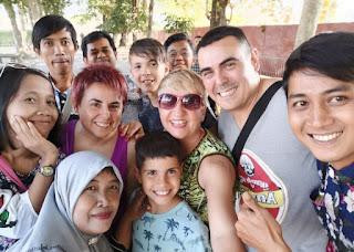 Selfie multitudinario con gente de Indonesia.