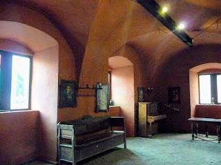 Замок Сент-Міклош. Меблі художник купив у колекціонерів і майстрів по дереву