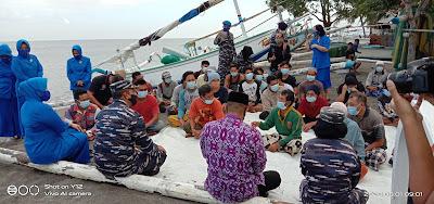 Lanal Mataram Bagikan Starter Pack New Normal ke Nelayan Bintaro Jaya