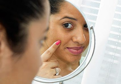 mujer con ojeras frente a espejo
