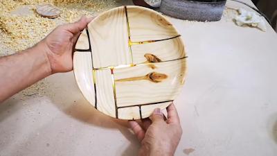 طبق من الخشب و الإيبوكسي مع طبقة لامعة عليه