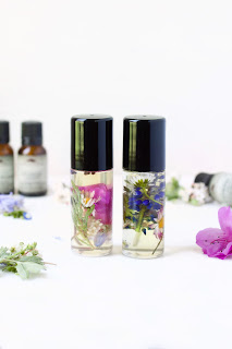 Roll-On Perfume - 25 Essential Oil DIYs RoundUp