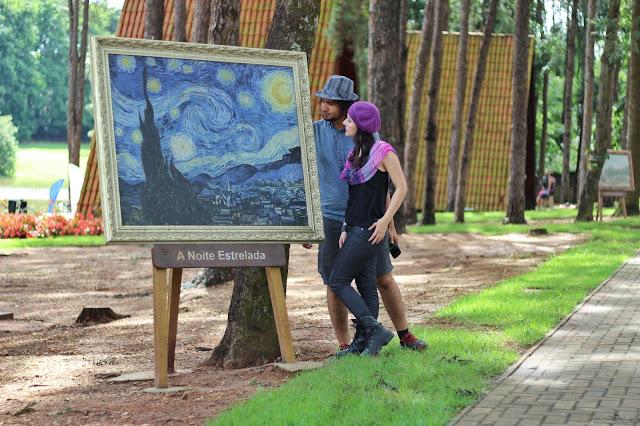 Réplica do quadro Noite Estrelada, no Parque Van Gogh, em Holambra, São Paulo.