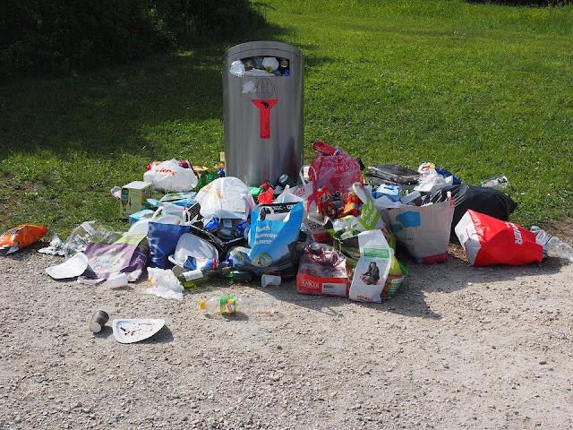 rifiuti abbandonati-immondizia-plastica-inquinamento