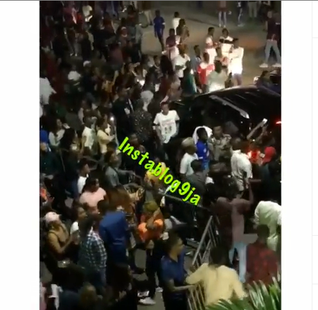 Fans React As Bodyguard Punches A Man For Touching Wizkid's Head After His Performance Yesterday In Abuja