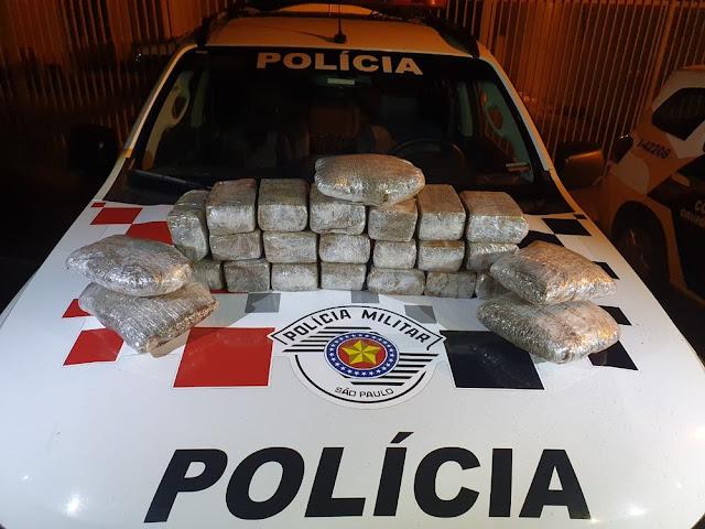 Durante abordagem a ônibus, Polícia Militar localiza 14 kg de drogas e prende mulher em flagrante