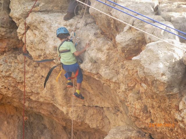 עידן עושה סנפלינג  במערת קשת