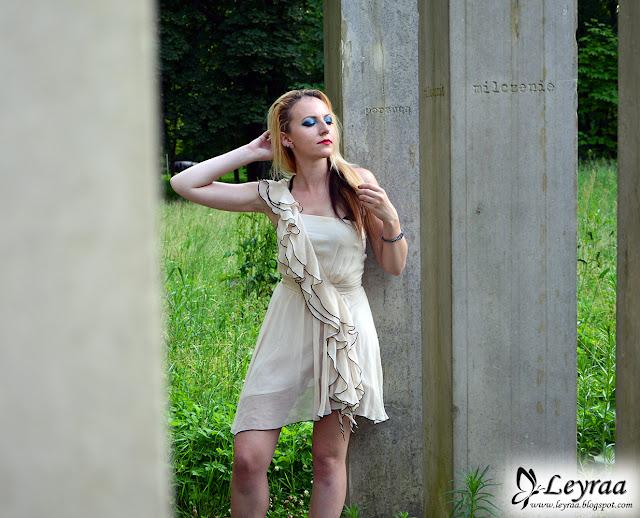 Beżowa asymetryczna sukienka z falbankami na jedno ramię, vans old skool lite czarne