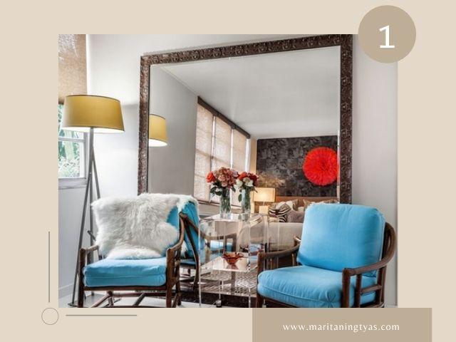 Dekor Ruang Tamu Sederhana dengan Cermin di Balik Perabotan