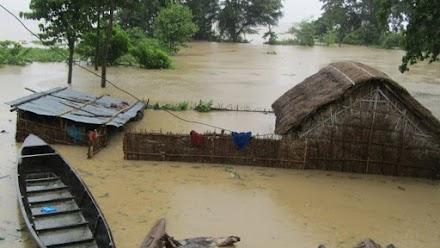Σφοδρές πλημμύρες σαρώνουν τη βόρεια Ινδία και το Νεπάλ