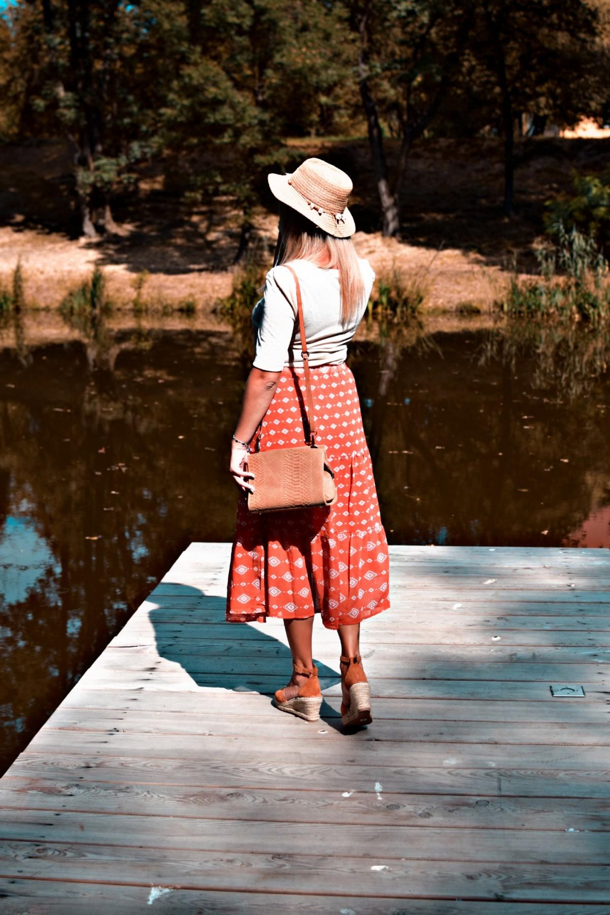 Czerwona spódnica i sandały na koturnie
