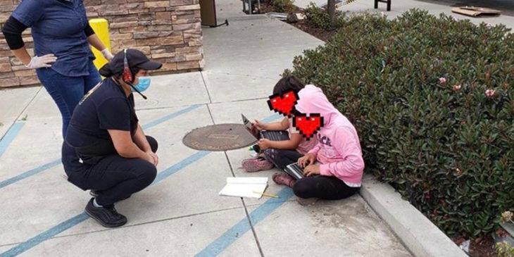 Niños aprovechan el WiFi de un restaurante para seguir con sus clases virtuales