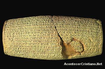 Barril de arcilla con escritura cuneiforme babilónica