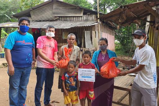 Chaidir Syam dan Komunitas Maros Runners Bagikan Sembako ke Warga Miskin di Tengah Wabah Covid-19
