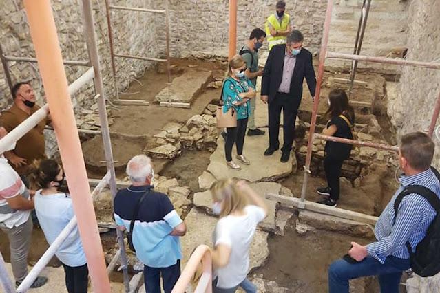 Ενώ οι εργασίες αποκατάστασης και ανάδειξης του Ιστορικού Δημαρχείου συνεχίζονται, αρχαιολογικά ευρήματα από δημόσιο κτήριο της Αρχαίας Αμβρακίας ήρθαν στο φως.