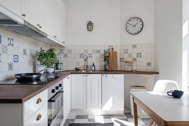 All the charm of a kitchen with aged tiles.