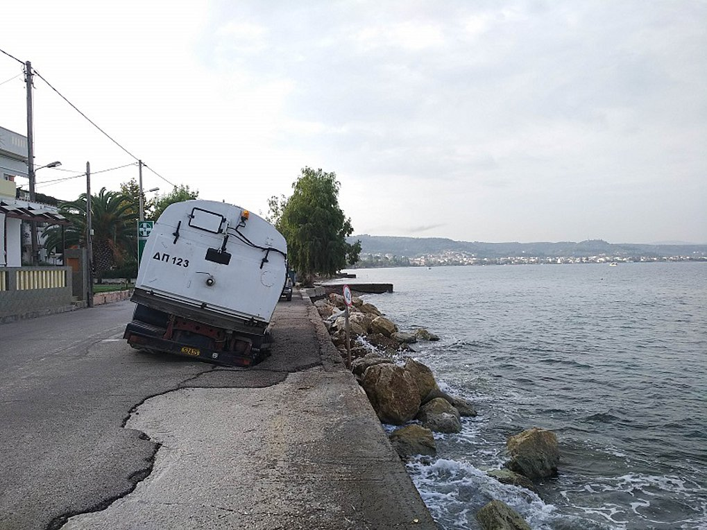 5202aca661b Στο φαινόμενο της διάβρωσης των ακτών αποδίδει ο Δήμος Πατρέων τη «βύθιση»  μηχανήματος της υπηρεσίας καθαριότητας, στην περιοχή Μονοδένδρι.