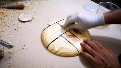صنفرة مكان القطعة المعدنية الخاصة بالمخرطة على الطبق الخشبي