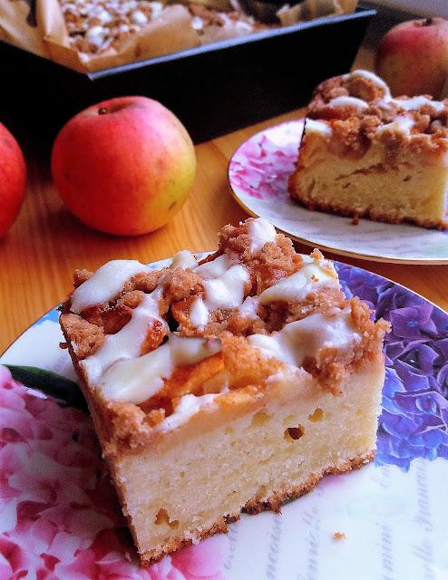 jogurtowe ciasto z jabłkami i kruszonką przepis