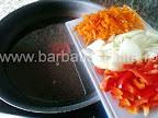 preparare reteta mancare de naut de post - tocam si calim ceapa, ardeiul si morcovul