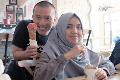 Felix Siauw bersama istri