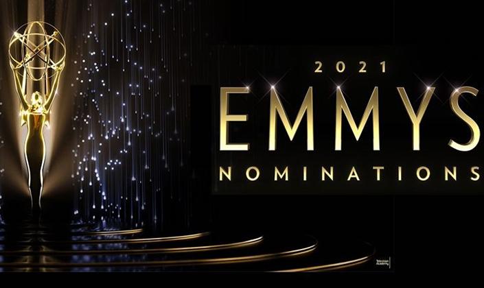 """Imagem: Palco escuro de piso lustroso com a estatueta do Emmy em cima. A estatueta é uma mulher dourada com os braços levantados e nas mãos um globo adornado. Na direita, as palavras """"2021 Emmys Nominations"""""""