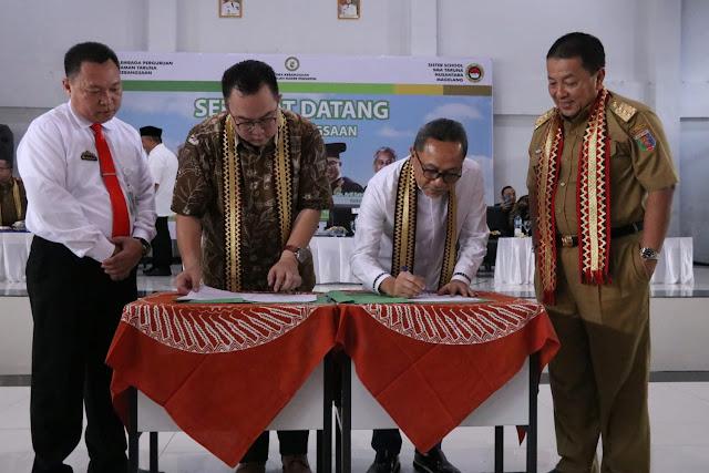 Viral Petang (17/03/2020) Kalianda, Lampung Selatan --- Gubernur Lampung Arinal Djunaidi melakukan kunjungan kerja ke Sekolah Kebangsaan yang berada di desa Pisang Kalianda, Kabupaten Lampung Selatan pada Selasa (17/03).