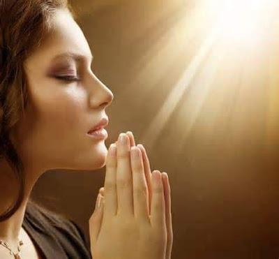 Quy luật nhân quả có thật hay không? Đến chùa quỳ lạy thắp nhang cầu xin có tốt không?