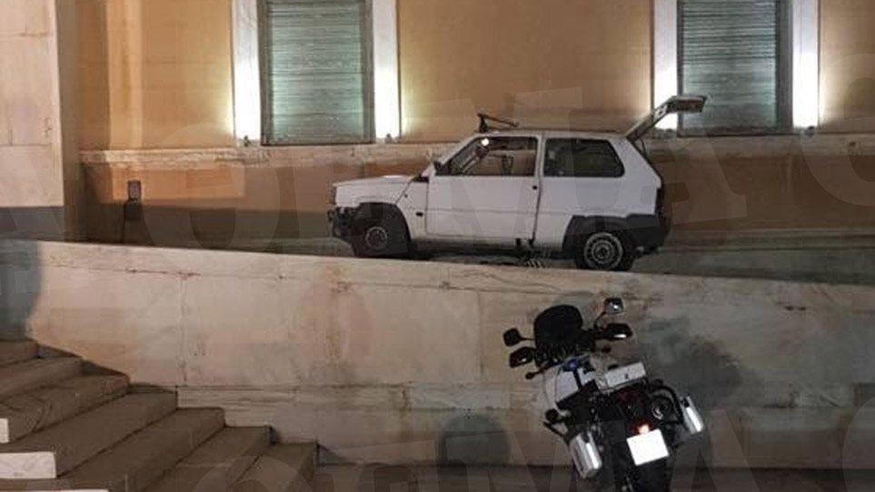 Ο οδηγός του Fiat Panda που εισέβαλε στη Βουλή παραβίασε 33 φορές το «κόκκινο»