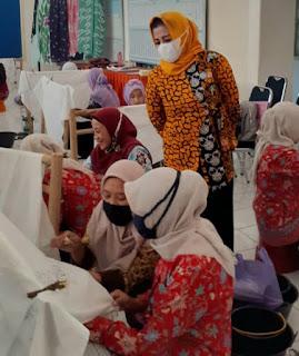 Untuk Tingkatkan Industri Rumahan, Kader PKK Dilatih Batik Kekinian