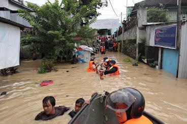 Brimob Bantu Korban Banjir
