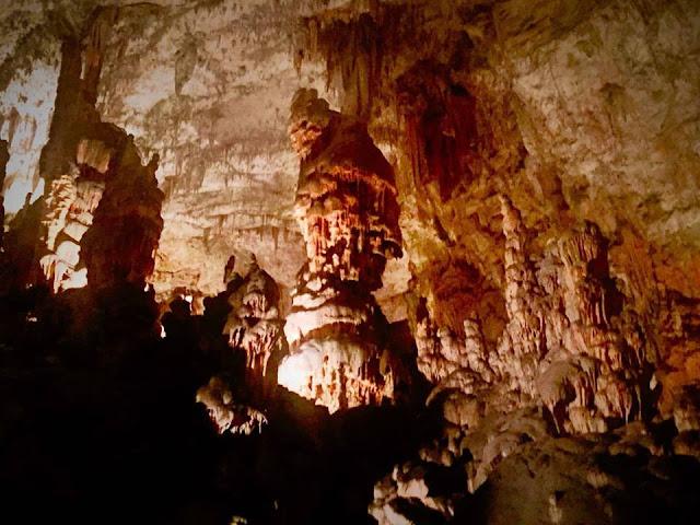 Stalagmit dan Stalaktit Postojna Cave Slovenia