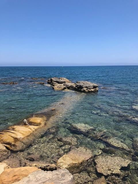 türkisblaues Meer am Strandabschnitt in Limenas Chersonisou