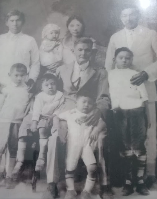 Manuel Kim y esposa Severiana con sus hijos en esta foto familiar. Album familiar