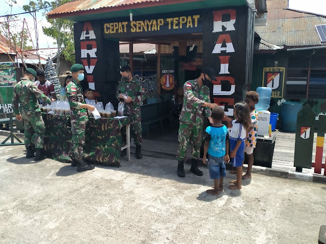 Masih Dalam Nuansa Paskah, Satgas TNI Yonif 756/WMS Berbagi Kasih dengan Masyarakat Agats