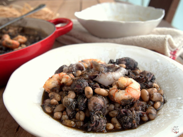 Fesols de Santa Pau con sepionets en su tinta y gambas, legumbres con un intenso sabor marinero.