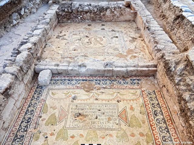Ψηφιδωτό με ελληνικη επιγραφή που βρέθηκε στην εκκλησία. Οι επιγραφές αναφέρουν ότι η εκκλησία επεκτάθηκε τον 6ο αιώνα μ.Χ. και ήταν αφιερωμένη σε έναν «ένδοξο μάρτυρα», το όνομα του οποίου είναι άγνωστο.