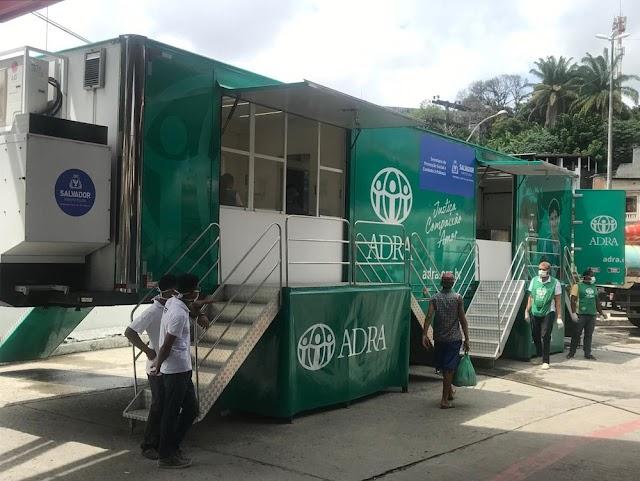 Lavanderia móvel é disponibilizada para que pessoas em situação de rua de Salvador possam higienizar roupas