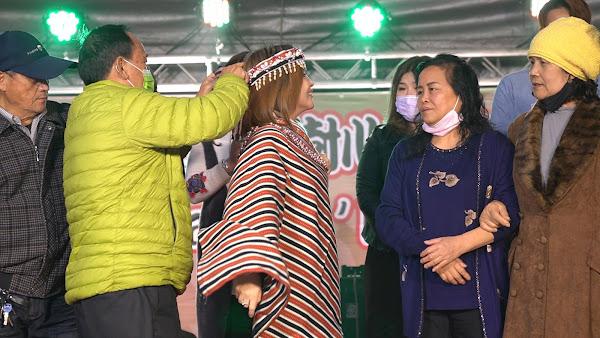 村樹集團董事長王黃盈盈(左三)接受泰雅族象徵衣錦環鄉的披肩儀式