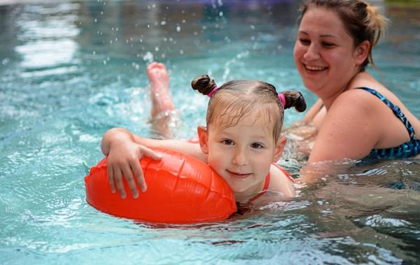 Dziewczynka pływa na opasce Kingii