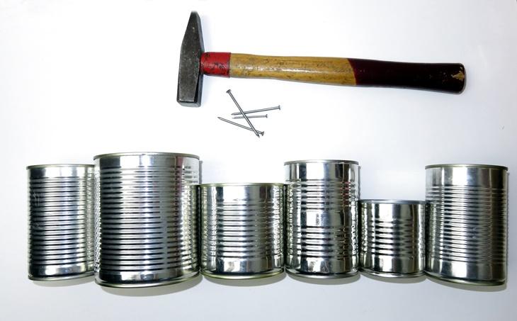 leere konservendosen, hammer, nagel