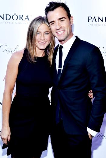 Foto de Jennifer Aniston y Justin Theroux vestidos de negro