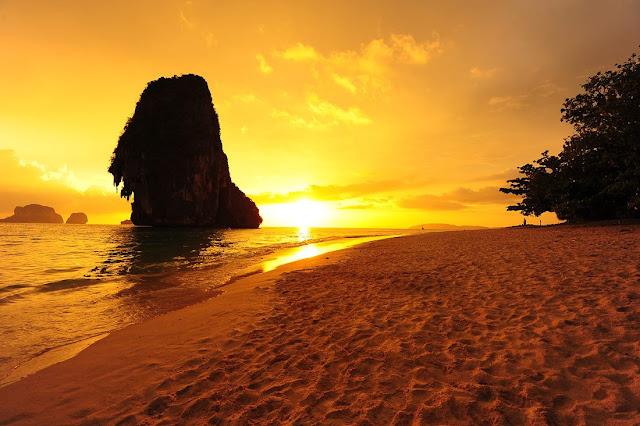 ช่วงเย็นนักท่องเที่ยวที่พัก อยู่บริเวณหาดไร่เลย์ - อ่าวถ้ำพระนาง จะสามารถมานั่งรอชมพระอาทิตย์ตก บริเวณด้านหน้าหาดถ้ำพระนาง