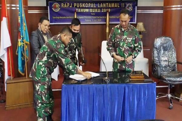 KOMANDAN PANGKALAN UTAMA TNI AL II MEMIMPIN RAPJ KOPAL LANTAMAL